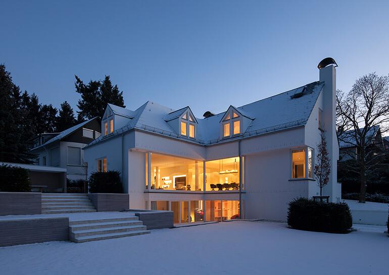 Schönes Haus in Winterlandschaft
